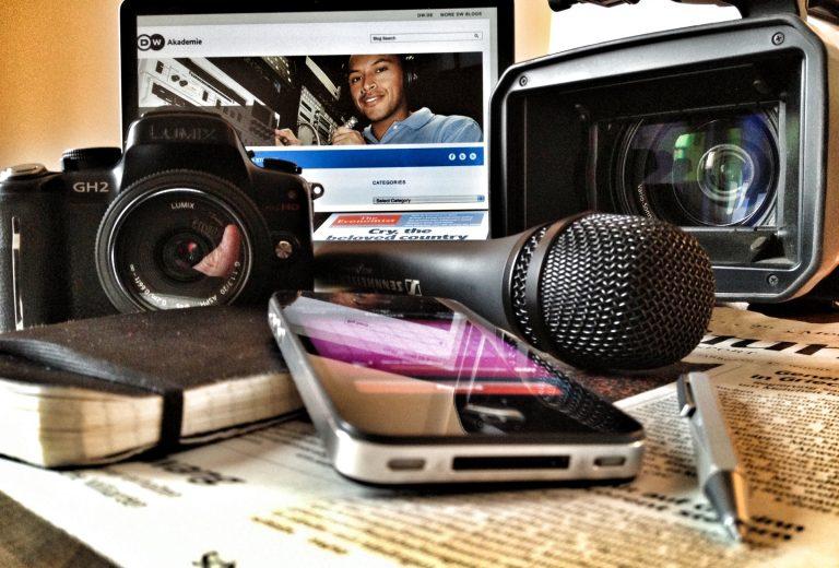 Yeni medya düzeninde büyük medya şirketleri nasıl bir strateji izledi?